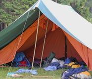 Σκηνή του στρατόπεδου ανιχνεύσεων αγοριών με τα σακίδια πλάτης και το υπνόσακοι ο στοκ εικόνες