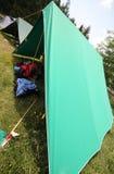 Σκηνή του στρατόπεδου ανιχνεύσεων αγοριών με τα σακίδια πλάτης στοκ εικόνες με δικαίωμα ελεύθερης χρήσης