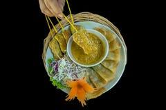 Σκηνή τροφίμων του ψημένης χοιρινού κρέατος ή της σχάρας χοιρινού κρέατος με το φύλλο ζύμης Roti, ταϊλανδικό χοιρινό κρέας Satay  στοκ εικόνες με δικαίωμα ελεύθερης χρήσης