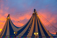 Σκηνή τσίρκων σε έναν δραματικό ουρανό ηλιοβασιλέματος ζωηρόχρωμο Στοκ Εικόνες