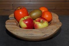 Διάφορα φρούτα σε ένα ξύλινο κύπελλο στοκ εικόνες με δικαίωμα ελεύθερης χρήσης