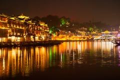Σκηνή λυκόφατος της αρχαίας πόλης Fenghuang Στοκ Φωτογραφίες
