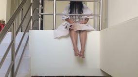 Σκηνή φρίκης Κλείστε επάνω ένα τρομακτικό κορίτσι κανένα φίλτρο απόθεμα βίντεο