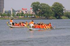 Σκηνή φυλών βαρκών δράκων στην κινεζική παραδοσιακή βάρκα Festiv δράκων Στοκ Εικόνες