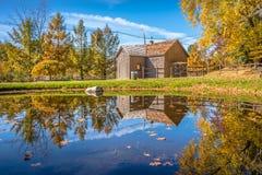 Σκηνή φύσης φθινοπώρου με την όμορφη λίμνη στοκ εικόνα