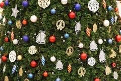 Σκηνή Χριστουγέννων με διακοσμημένα τα δέντρο παιχνίδια Στοκ Εικόνες