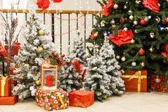 Σκηνή Χριστουγέννων με διακοσμημένα τα δέντρο παιχνίδια Στοκ Φωτογραφίες