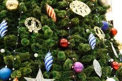 Σκηνή Χριστουγέννων με διακοσμημένες το δέντρο αστέρι και τις σφαίρες Στοκ Φωτογραφία