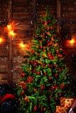 Σκηνή Χριστουγέννων με τα δώρα δέντρων και πυρκαγιά στο υπόβαθρο στοκ φωτογραφία με δικαίωμα ελεύθερης χρήσης