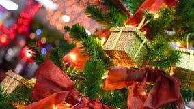 Σκηνή Χριστουγέννων με τα δώρα και τα φω'τα δέντρων απόθεμα βίντεο