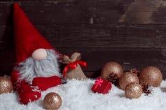 Σκηνή Χριστουγέννων με τη διακόσμηση και το χιόνι στον ξύλινο πίνακα Στοκ Φωτογραφία