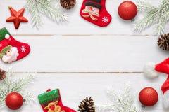 Σκηνή Χριστουγέννων με τις διακοσμήσεις στον άσπρο ξύλινο πίνακα Κάλτσες που περιμένουν τα δώρα Άγιου Βασίλη Στοκ φωτογραφία με δικαίωμα ελεύθερης χρήσης