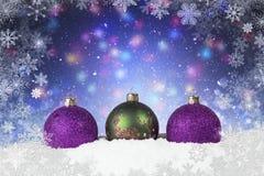 Σκηνή Χριστουγέννων με τις πορφυρές και πράσινες διακοσμήσεις Στοκ φωτογραφία με δικαίωμα ελεύθερης χρήσης