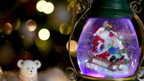 Σκηνή Χριστουγέννων, Santa με το παιδί σε ένα έλκηθρο στο θόλο χιονιού διανυσματική απεικόνιση