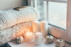 Σκηνή Hygge με το πουλόβερ και τα κεριά στοκ φωτογραφίες