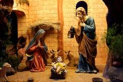 Σκηνή nativity Χριστουγέννων με τα ειδώλια συμπεριλαμβανομένου του Ιησού, Mary, Joseph, και sheeps Στοκ Φωτογραφία