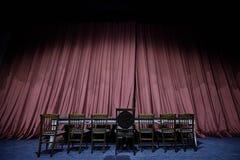Σκηνική κουρτίνα με τα καθίσματα στο θέατρο, την όπερα ή τη σκηνή κινηματογράφων Στοκ Φωτογραφία