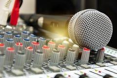 Σκηνικός έλεγχος Χέρι που ρυθμίζει τον ακουστικό αναμίκτη στοκ εικόνα με δικαίωμα ελεύθερης χρήσης