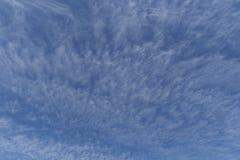 Σκηνικό ή επικάλυψη μπλε ουρανού που επιδεικνύει τη μετακίνηση σύννεφων Στοκ Φωτογραφία