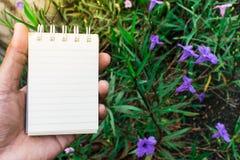 Σκηνικό λουλουδιών της Λευκής Βίβλου που χρησιμοποιείται για τη λήψη σημειώσεων Στοκ φωτογραφία με δικαίωμα ελεύθερης χρήσης