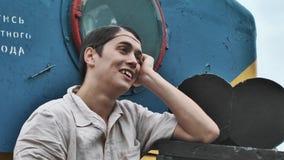 Σκηνοθέτης στα καθαρά και άσπρα ενδύματα τρίχας που αντιδρούν στην ατμομηχανή με τη κάμερα απόθεμα βίντεο