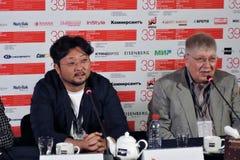 Σκηνοθέτης Kim bong-Han και κινηματογράφος ειδικό Kirill Razlogov Στοκ εικόνες με δικαίωμα ελεύθερης χρήσης