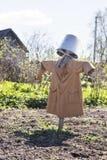 Σκιάχτρο κήπων σε ένα παλτό Στοκ εικόνες με δικαίωμα ελεύθερης χρήσης