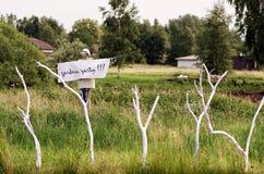 Σκιάχτρο με ένα κόμμα κήπων αφισών `!!! ` στο λαιμό Στοκ εικόνες με δικαίωμα ελεύθερης χρήσης