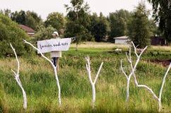 Σκιάχτρο με μια αφίσα ` για πάντα και πάντα ` στο λαιμό Στοκ φωτογραφίες με δικαίωμα ελεύθερης χρήσης