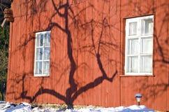 Σκιά δέντρων της Apple στον τοίχο σπιτιών χειμερινών αγροκτημάτων Στοκ φωτογραφία με δικαίωμα ελεύθερης χρήσης