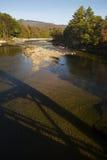 Σκιά γεφυρών στον ποταμό Pemigewasset, άσπρα βουνά, νέο Hampsh Στοκ φωτογραφία με δικαίωμα ελεύθερης χρήσης