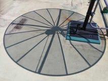 Σκιά ενός δορυφόρου στο πάτωμα με ένα φίλτρο επεξεργασίας στοκ εικόνες με δικαίωμα ελεύθερης χρήσης