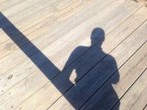 Σκιά ενός ελκυστικού ατόμου σε μια γέφυρα Στοκ φωτογραφίες με δικαίωμα ελεύθερης χρήσης