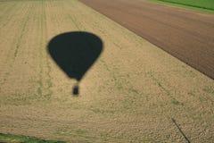Σκιά ενός θερμού/μπαλονιού ζεστού αέρα πέρα από τους τομείς στοκ φωτογραφίες