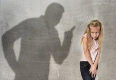 Σκιά πατέρων ή δασκάλων που κραυγάζειη την επίπληξη νέο γλυκό λ στοκ φωτογραφία με δικαίωμα ελεύθερης χρήσης