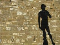 Σκιά σε έναν τοίχο ένα από τα έξω αντίγραφα πορτών Davids Michaelangelo στη Φλωρεντία με το διάστημα αντιγράφων Στοκ εικόνες με δικαίωμα ελεύθερης χρήσης