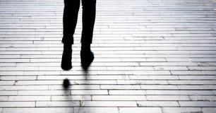 Σκιά σκιαγραφιών του περπατήματος ποδιών προσώπων Στοκ εικόνα με δικαίωμα ελεύθερης χρήσης