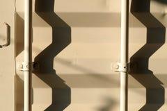 Σκιά στην επιφάνεια κιβωτίων εμπορευματοκιβωτίων Στοκ Εικόνες