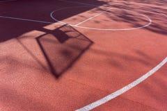 Σκιά στο δικαστήριο του καλαθιού καλαθοσφαίρισης με τις αλυσίδες στο δικαστήριο streetball Στοκ φωτογραφία με δικαίωμα ελεύθερης χρήσης