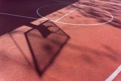 Σκιά στο δικαστήριο του καλαθιού καλαθοσφαίρισης με τις αλυσίδες στο δικαστήριο streetball Στοκ Φωτογραφίες