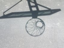 Σκιά της στεφάνης καλαθοσφαίρισης με καθαρό στην άσφαλτο Στοκ φωτογραφίες με δικαίωμα ελεύθερης χρήσης