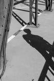 Σκιά τουριστών στη γέφυρα Στοκ φωτογραφία με δικαίωμα ελεύθερης χρήσης