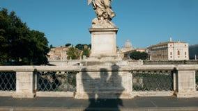 Σκιά του αγγέλου στη γέφυρα του κάστρου sant Angelo, Ρώμη απόθεμα βίντεο