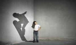 Σκιά του αγοριού σκέιτερ Μικτά μέσα στοκ φωτογραφία με δικαίωμα ελεύθερης χρήσης