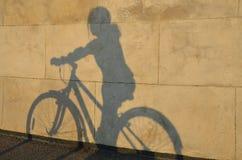 Σκιά του κοριτσιού στο ποδήλατο Στοκ Εικόνα