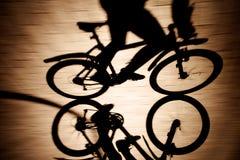 Σκιά του ποδηλάτου και του ποδηλάτη Στοκ φωτογραφία με δικαίωμα ελεύθερης χρήσης