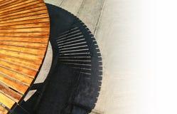 Σκιά του υπαίθριου κυρτού πάγκου στο ισχυρό φως Στοκ Εικόνες