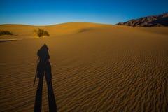 Σκιά του φωτογράφου στους αμμόλοφους στο εθνικό πάρκο κοιλάδων θανάτου Στοκ Φωτογραφία
