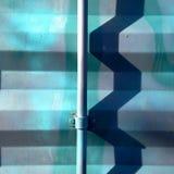 Σκιά τρεκλίσματος στο μεταλλικό τοίχο Στοκ φωτογραφία με δικαίωμα ελεύθερης χρήσης