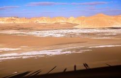 Σκιά των τουριστών στην άσπρη έρημο, Αίγυπτος Στοκ εικόνα με δικαίωμα ελεύθερης χρήσης